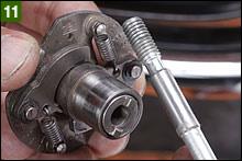 スパークアドバンサーを締め付けるボルトはリーマタイプになっていて、位置決め機能となる。ボルトの位置決め部分(太い部分)がサビていたり汚れているときは洗浄し、薄くグリスを塗布する。