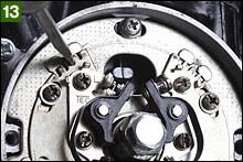 ポイントヒールをカム山に載せた状態でギャップを0.4mm程度に調整する。左右のポイントともに調整後、クランクを正転させて点火タイミングのFマークがケース側刻線を通過したときにポイントが開き始めるように調整する。この作業は1/4と2/3ポイントのいずれでも行う。