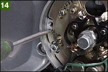 静的調整作業を終えたらエンジン始動し、ハイテンコードクランプを1/4シリンダーのいずれかにセットし点火ストロボを刻線付近に当てる。1/4のFマークとケース側刻線が一致していれば点火時期はOKだ。