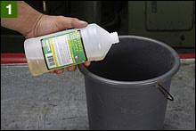 マリーンクリーンと呼ばれる脱脂洗浄液をボトルの半分程度バケツに入れ、同量のお湯で希釈する。全量希釈する必要性は無いようだが、使い切っても問題なさそうだ。大容量タンクなら特に。