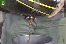 このタンク内の脱脂洗浄は24時間以上行いたい。途中で時折タンクを回して洗浄液を行き渡らせる。温めることで洗浄液が活性するが、何らかの方法で加熱(40~50度程度)する際には、タンクキャップの栓を必ず抜くこと。初期Zの通称「内プレスタンク」は過熱によって簡単に膨らんでしまうからだ。膨らんでしまうと最悪でフレームにセットできなくなってしまう。洗浄液にマリーンクリーンを抜き取る。