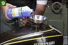 タンク内を水道水で完全洗浄したら、メタルレディの原液をタンク内に全量注ぎ込む。