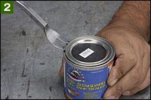 POR-15タンクライナーは、しっかりフタが押し込まれているので、フタを開けるときに缶をフッ飛ばし、ライナーを流してしまわないように要注意。写真で使っているような工具を利用するとスムーズに開けられます。マイナスドライバーだと缶蓋が変形してしまい良くありません。