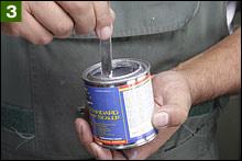 フタが開いたからといって、ここで慌ててライナーを流し込んではいけない。フタを開けたら攪拌棒や細いヘラを使って徹底的にライナー液を混ぜる。缶の底には想像以上に目止め剤が沈殿しているのだ。とにかく徹底的に攪拌。今回は5分近く攪拌したが、その効果があって流動性はかなり良くなった。