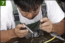 それでも不安な方は、自動車のメンテナンスによく使われる棒ミラーを使って内部を覗き見してみよう。するとビックリ!! 想像以上に内部確認できます!! ライナーがミラーに付着するのを無視して進めたが、キャップ前方の溶接溝付近も丸見えです。ライナーがしっかり行き渡っている様子を確認できた。