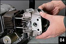 先の2工程でピストンは圧縮上死点となり、各部のストレスが抜ける。シリンダーヘッド締めつけナット、カムスプロケットを外してヘッドを抜く。