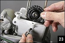 カムチェーンガイドローラーとガイドローラーボルトを取り付ける。ガイドローラーはシリンダー上面から沈んだ位置にあるので、ボルトを差し込む時には半ば手探り状態となる。