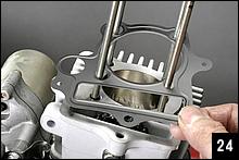メタル製のヘッドガスケットをスタッドボルトに通す。シリンダー上面のデザインを見れば表裏は一目で分かる。上下のガスケットがメタル製となることで熱伝導性が向上し、温度ムラが解消できる。