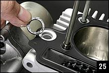 ベースガスケットの時と同じく、カムチェーン側2本のスタッドボルトにノックピンをセットして、ヘッド周りを潤滑したオイルの戻り通路部分に角断面のOリングを取り付ける。