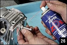 ローラーロッカーアームにロッカーシャフトを通して、スムーズな動きを確認して、潤滑スプレーを吹き付けておく。エンジンオイルとモリブデングリスを混合したアセンブリールブでも良い。