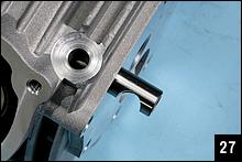 ロッカーアームとロッカーシャフトは吸排気共通パーツ。通常の部品より長いヨシムラロッカーシャフトの端部は、スタッドボルトを逃げるようにセットする。これによりシャフトの回り止めになる。
