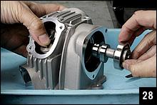 キット付属の説明書では、カムはシリンダーにセット後に取り付けるが、ここでは先にヘッドASSYを完成させる。ローラーロッカーがカムに干渉しないよう、端部を押さえながらカムを挿入する。