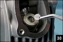 タペットグリアランスを調整するため、付属のタペットシムをホルダーにセットする。シムは150(1.500mm)~205(2.050mm)まで0.05mm刻みの12枚セット。まずは薄いシムをセットする。