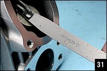 このキットのタペットクリアランスの標準値は、吸排気ともに冷間時で0.04~0.10mm。実測値は0.40mmなので明らかに広すぎる。もっと厚いシムに取り替えればクリアランスは狭まる。