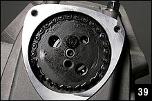 カムチェーンが張った状態でフライホイールを2回転させて、カムスプロケットの○印がヘッド側の合わせマークに合っていれば正しく組み付けられている。スプロケットボルトは9Nmで締めつける。