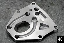 右側のヘッドカバー裏側にはヘッド内部を潤滑、冷却するオイル通路がレイアウトされている。スタッドボルト部を通じてヘッド上部まで上がったオイルは、プラグホール脇から燃焼室上部に入る。