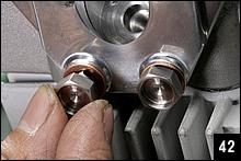 ヘッドカバーを固定するボルトのうち、燃焼室への入口と出口部分はM8のバンジョーボルトを使用する。つまりこのエンジンでは、ヘッド側面に接するカバー内側の溝がオイルラインとなるわけだ。