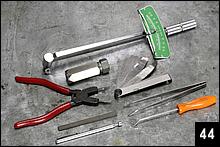 使用した専用工具類。正確な締めつけトルクを管理するためのトルクレンチやシックネスゲージに加えて、カムシャフトのストップリングを装着するためのスナップリングプライヤーも必要だ。