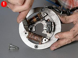 クランクシャフトからフライホイールを抜き、クランクケースからコイルベースを取り外す。上のコイルがCDI用のソースコイルで、下がライティング&チャージ一体式のコイル。