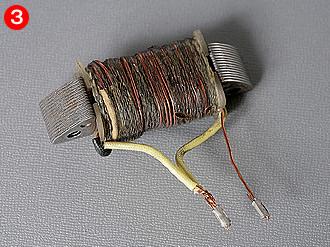 2本の線が取り出されていることからも、2種類の働きをするコイルが巻かれていることが分かる。ライティングコイルの方が、チャージコイルに比べて線径が太く、巻数が少ない。