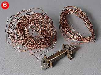 細くて巻数が多いのがチャージコイル。新たに製作する12V仕様ではライティングコイルを廃止するので、途中で途切れることなく1本の線を300回以上巻くことになる。