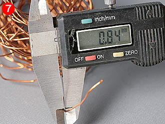 ここでチャージコイル用エナメル線の線径を測定すると、¢0.84mm(被覆込み)と分かった。12V化することで電流は半分になるから、線径を細くすることが可能だ。