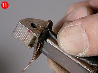 コア両端の絶縁板が倒れないように押さえながら巻き始める。角部分は被覆を傷つけないよう、しかしシャープに曲げる。コアに対する巻き方は純正通りでも反対向きになってもかまわない。