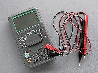 純正状態のコイルの発生電圧を測定し、モディファイ後に狙ったとおりの数値に達しているかを確認するなど、電気系のモディファイやメンテナンスに不可欠なマルチテスター。笹崎さんはテスターを5台ほど所有していた。