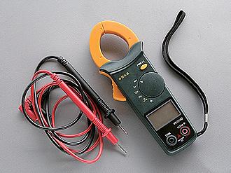 純回路中に発生する電流を測定するための、クランプ式電流計を備えたマルチテスター。2台のテスターで電流と電圧を同時に測定すれば、コイルのワット数が計算できる。必須アイテムではないが、あれば何かと便利。