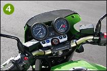 ④アナログ式速度計と回転計の間に小ぶりの燃料計を、手前にインジケーター類を配置した計器盤。回転計のレッドゾーン開始回転数は10500rpmである。フォークオフセットは1100の30mmに対し、28mmというスーパースポーツ並みの値。ハンドルバーはアルミ製だ
