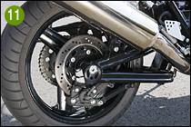 ⑪⑫アルミ製スイングアームは、かつてのスーパーバイクを思わせるトラスタイプ。1200ではパイプ材を異型断面として1100から剛性を高め、長さを15mm延長している。ディスク径はφ250mmだ