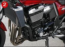 ②⑨エンジンは、吸気バルブ径をφ31.5から31.0mmに小径化し、低中速性能とレスポンスを重視。カムプロファイル、バルブスプリング、ロッカーアームの変更でフリクションロスも低減された。ミッションはZZR1200ベースとし、5速から6速変速になった。燃料もハイオク仕様だ。フレームはヘッドパイプ位置が変更され、前後輪軸距がmm伸び、キャスター角は0.5度立った24.5度となった