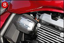 ⑧スロットルボディはφ34mm径で、楕円サブスロットルバルブを備える。インジェクターはZ1000べースの8ホール式高微細化タイプ