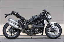 ストリー卜ファイターは1098をネイキッド化したモデルで、基本を受け継いでいるが、車体ディメンションやエンジン特性をネイキッドモデル向きに最適化。S4RSの後継モデルとなるが、こちらはスーパーバイク直系で、モンスターとは命名されず、新ジャンルのモデルとなる