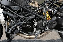 ラジエーターは上下デュアル式、オイルクーラーは水冷式だ。フレームの基本は同じだが、ヘッドパイプ付近のパイプワークが若干異なり、ヘッドパイプは数mm前方に、1.1度寝かしてセッ卜される