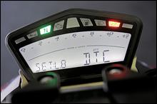 メーターは新デザイン品だが、機能的には1198/Sに準じ、Sではトラクションコントロールやデータロガーの制御パネルとなる