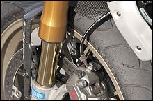 Fフォークはφ43mm径のオーリンズ。標準モデルはショーワ製となる。φ330mm径のディスク、ブレンボレーシングのラジアルマウントキャリパーは1098と共通。Sのホイールはアルミ鍛造製だ