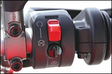 右ハンドルスイッチに新しいアイデアを投入。キルスイッチ作動時、スターターボタンをカバーしてスターターの空押しミスを防ぐ