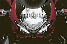 1098のイメージを受け継ぐフロントマスク。ヘッドライトはマルチリフレクター式で、2灯LEDポジションライトが組み合わされる