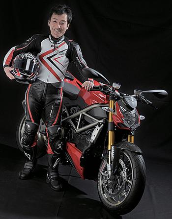 和歌山利宏:試乗会は3年前のS4RSと同じスペインのプライべートサーキットであるアスカリで行われた。ピットに設置された簡易スタジオでモデルさんになったつもり?