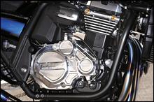 エンジンはSTD。クラッチカバーは新デザインで、熱強度が高いアルミ AP2000削り出し。