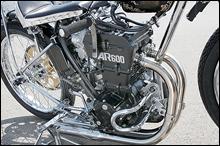 スズキ製AR600は、DOHC4バルブの180度クランク並列2気筒で、キャブはVM32。カタナを2気筒化したような構成だ。フレームはシングルクレードルのダイヤモンド式