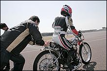 セルはなく始動は押しがけ。ブレーキもなく、ケラッチを切って車速を落とし、最後にクラッチミートして止める