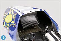 シート座面部分を外した状態でのシートカウル内部の写真。シートカウル上面につながるダクトは、車体内部にこもる熱を逃がす。冷却性を向上させるために考えられたレーサーならではの構造を採る