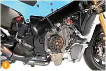 吸排気バルブ、ピストン、クランクシャフ卜などのエンジン内で動くムービングパ一ツの軽量化や製造精度を高めることでパワーアップを図り、耐久性と燃費も向上させた'09年型エンジン。TCS(卜ラクション・コン卜ロール・システム)も見直し、さまざまな状況で制御できるようになった