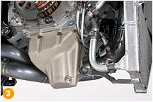 オイルパンは写真のような深みのあるタイプが、MotoGPなどのレースエンジンでは定番となっている。クランクシャフトがオイルに浸ってパワーロスすることを防ぐのと同時に、コーナリングで深くバンクさせたときでもポンプが確実にオイルを吸い上げるために生まれた形状なのだ