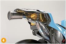 '09年モデルではサイレンサーを装備した、GSV-Rのエキゾース卜パイプ