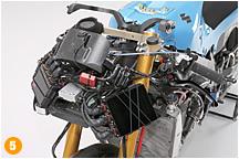 メーターパネルの下側にECUやデータロガーに加え、さまざまな機器を集中させた'09年モデル。全体重心の位置や前後タイヤへの重量配分を変えるための位置変更であり、シーズン中もこれらのバランス取りを微細に変化させながら、最適なポイントを探し続けていたという