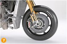 炭素繊維を炭素で固めたCC製ブレーキディスクとそのカーボン専用パッドは高額な反面、メンテナンス次第で1シーズン保つ耐久性を持ち合わせている。もし、MotoGPで鋳鉄やステンレスを使うとしたなら、数レースで熱による歪みなどが起こり、交換サイクルがとても早くなるそうだ