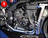 ①ベースマシンは最新の'09年型だから、当然、エンジンのクランクは不等間隔爆発となるクロスプレーン型である。フレームはステアリングヘッドまわりに補強板が当てられ、剛性が高められている。マフラーはアクラポヴィッチだ